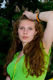 Een meisje bevindt zich bij de bloeiende kastanje Stock Afbeelding