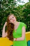Een meisje bevindt zich bij de bloeiende kastanje Royalty-vrije Stock Afbeelding