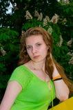 Een meisje bevindt zich bij de bloeiende kastanje Royalty-vrije Stock Fotografie