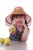 Een meisje biedt een appel aan Stock Afbeeldingen