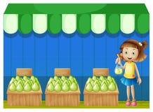 Een meisje bij de fruitmarkt Stock Foto's