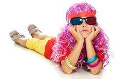 Een meisje in buitensporige kleren en 3d glazen Stock Foto