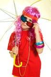 Een meisje in buitensporige kleren, paraplu en 3d glazen Royalty-vrije Stock Afbeelding