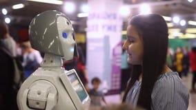Een meisje communiceert met een vrouwelijke robot Moderne robotachtige technologieën Kunstmatige intelligentie Cybernetische syst stock video