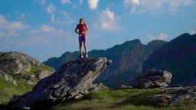 Een meisje danst op een rots stock videobeelden