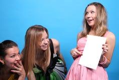 Een meisje dat aan haar vrienden een beeld toont Stock Foto