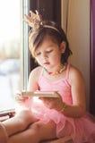Een meisje dat een boek leest Stock Foto