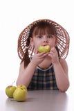 Een meisje dat een smakelijke appel eet Stock Afbeeldingen