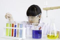 Een meisje dat over wetenschap en experiment hartstochtelijk is Stock Afbeeldingen