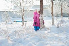 Een meisje dat zich onder de bomen bevindt stock foto