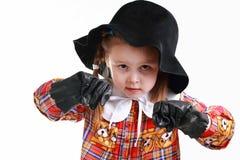 Een meisje in de hoed en handschoenen het in dozen doen Royalty-vrije Stock Foto's