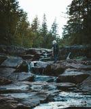 Een meisje die bij de Solbergelva-rivier wandelen royalty-vrije stock afbeelding
