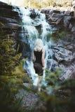 Een meisje die bij de Solbergelva-rivier wandelen royalty-vrije stock afbeeldingen