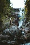 Een meisje die bij de Solbergelva-rivier wandelen stock foto