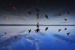 Een meisje die bij strand springen Stock Fotografie