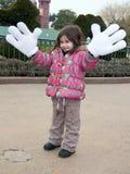 Meisje in disneyland met de handen van Mickey Mouse royalty-vrije stock afbeelding