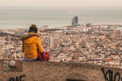 Een meisje die de horizon van Barcelona bewonderen stock foto