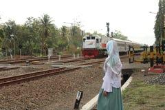 Een meisje die de trein zoeken royalty-vrije stock afbeeldingen