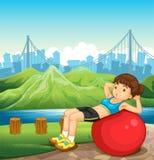 Een meisje die dichtbij de rivier over de lange gebouwen uitoefenen Stock Afbeeldingen