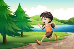 Een meisje die dichtbij riverbank met pijnboombomen lopen Royalty-vrije Stock Foto's