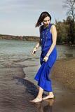 Een meisje die door de rivier lopen royalty-vrije stock foto's