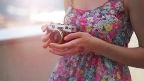 Een meisje die een uitstekende camera houden stock video