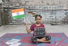 Een meisje die elementair onderwijs in open school bestuderen stock fotografie