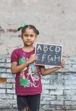 Een meisje die elementair onderwijs in open school bestuderen stock foto's