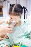 Een meisje die medicijn inhaleren door verbindingsstuk stock fotografie