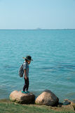 Een meisje die naast het meer lopen stock afbeeldingen