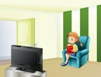 Een meisje die op TV letten terwijl het eten Stock Foto