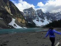 Een meisje die voor Morenemeer lopen, in Jasper National Park royalty-vrije stock afbeeldingen