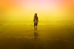 Een meisje die zich bij strand bevinden Royalty-vrije Stock Afbeeldingen