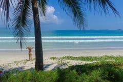 Een meisje die zich op een mooi wit zandstrand bevinden in Vietnam Stock Foto's