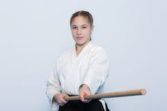 Een meisje die in zwarte hakama zich in het vechten bevinden stelt met houten PB Stock Foto's