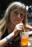 Een meisje drinkt een cocktail Stock Foto's