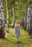 Een meisje in een bedrijfskleding loopt door de tuin Royalty-vrije Stock Foto's