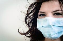 Een meisje in een beschermend masker Royalty-vrije Stock Foto's