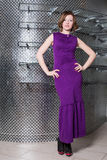 Een meisje in een lange purpere kleding in kleren winkelt Royalty-vrije Stock Afbeeldingen