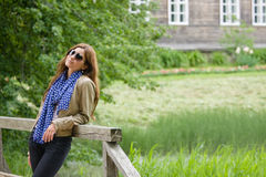 Een meisje in een platteland Stock Afbeeldingen