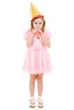Een meisje in een roze kleding en een feestelijke hoed royalty-vrije stock afbeelding