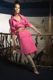 Een meisje in een roze laag Stock Foto's