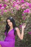 Een meisje in een violette kleding royalty-vrije stock foto's