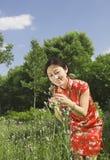 Een meisje en een bloem Stock Afbeelding