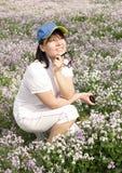 Een meisje en een bloem Stock Fotografie