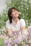 Een meisje en een bloem Stock Afbeeldingen
