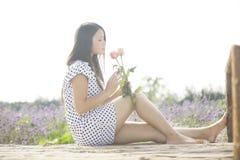 Een meisje en een bloem Royalty-vrije Stock Afbeeldingen