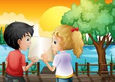 Een meisje en een jongen die bij de houten brug bespreken Stock Fotografie
