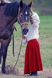 Een meisje en een paard Stock Afbeeldingen