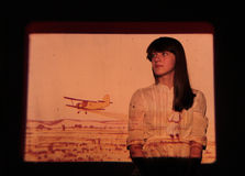 Een meisje en een vliegtuig - in het licht van de projector Stock Foto's